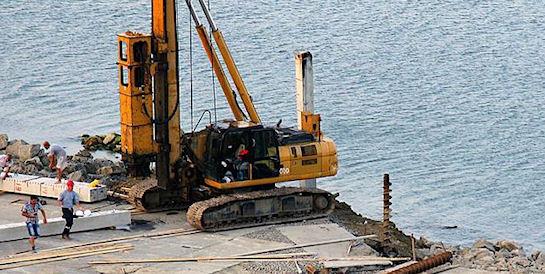 Как Россия строит мост через Керченский пролив: первая свая и одинокие рабочие
