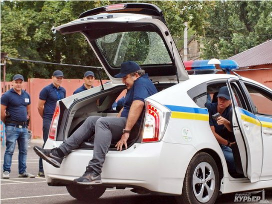 Саакашвили залез в багажник полицейской машины (Видео)