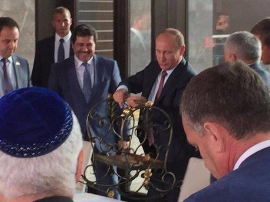 Подарок Путину в оккупированном Крыму вызвал скандал (ВИДЕО)