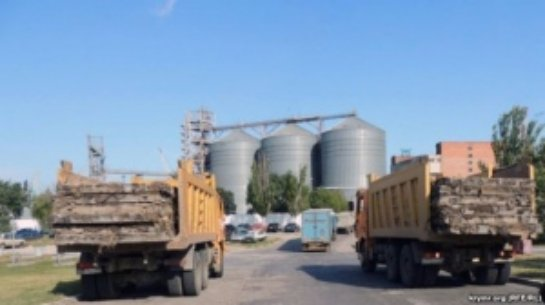 В Крыму разбирают взлетку космического аэродрома, плиты вывозят в Россию