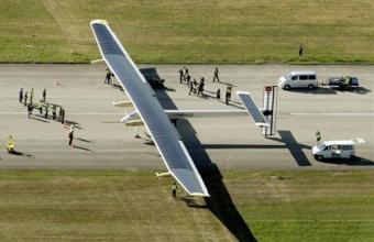 Самолет на солнечных батареях Solar Impulse 2 пролетел над статуей Свободы и сел в Нью-Йорке