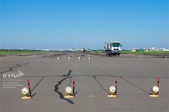 В аэропорту Жуляны показали, как ремонтируют полосу