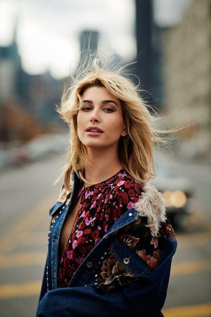Сдержанная сексуальность: Хейли Болдуин удивила образом на обложке Elle (ФОТО)