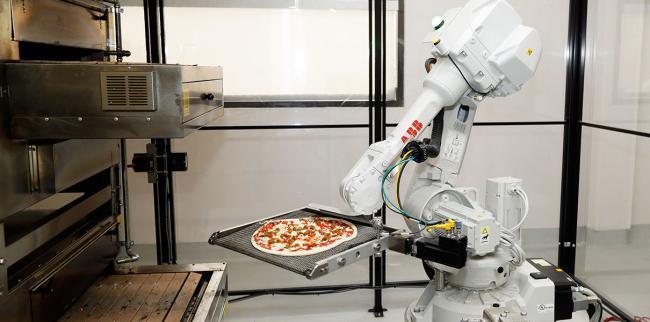 В США создали кафе Zume Pizza, в котором готовят роботы