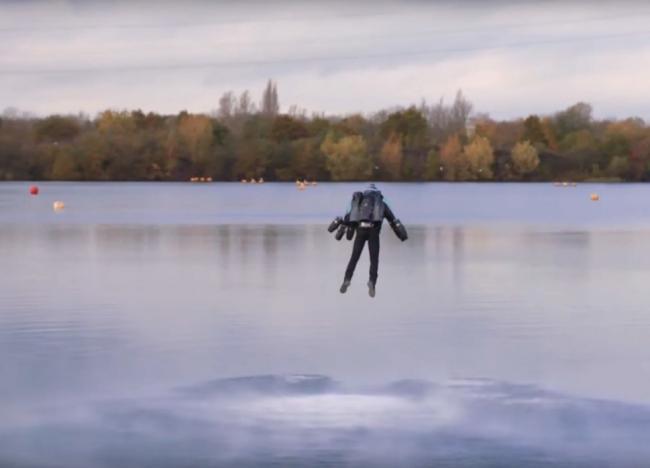 Британец установил мировой рекорд скорости в летающем костюме (ВИДЕО)